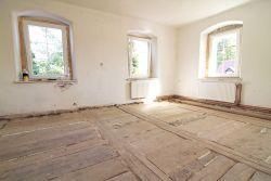 Oczyszczona stara drewniana podłoga