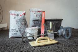 Narzędzia i materiały do betonowej podłogi